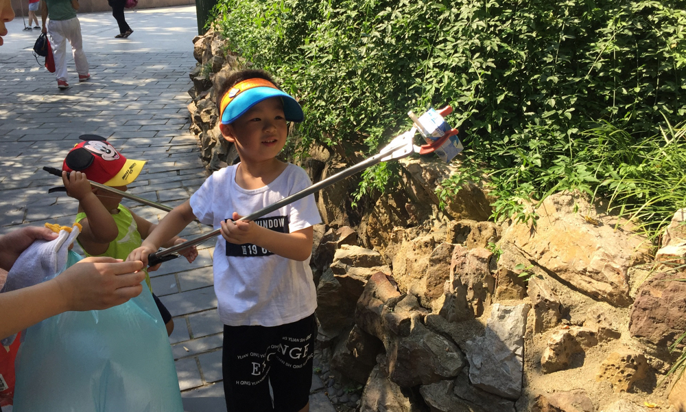 Family Environmental Protection Day: We organised a neighbourhood clean-up in Wuhan to foster awareness of environmental issues among the next generation.